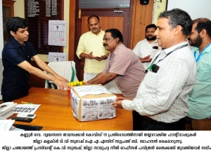 Kerala-Team-of-Second-Innings-Home-During-handing-over-of-the-Sanitisation-and-hand-Soap-to-DM-Kannur